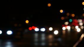 Οι φωτεινοί σηματοδότες νύχτας Defocused με τους ανθρώπους θαμπάδων περπατούν κατά μήκος της οδού Μπανγκόκ Ταϊλάνδη 4K UHD 25fps φιλμ μικρού μήκους