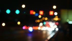 Οι φωτεινοί σηματοδότες νύχτας Defocused με τους ανθρώπους θαμπάδων περπατούν κατά μήκος της οδού Μπανγκόκ Ταϊλάνδη 4K UHD 25fps απόθεμα βίντεο