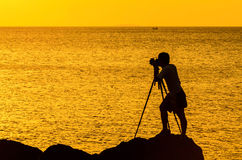 Οι φωτογράφοι σκιαγραφούν στο ηλιοβασίλεμα Στοκ Εικόνα