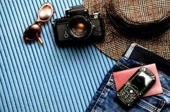 Οι φωτογράφοι σκοντάφτουν τα εξαρτήματα σε ένα μπλε υπόβαθρο στοκ φωτογραφία με δικαίωμα ελεύθερης χρήσης