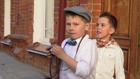 Οι φωτογραφίες μικρών παιδιών σε έναν αναδρομικό η κάμερα φιλμ μικρού μήκους