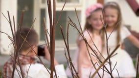 Οι φωτογραφίες μικρών παιδιών στην παλαιά κάμερα των αδελφών σε έναν αναδρομικό στα ενδύματα Αγόρι εφήβων που παίρνει τη φωτογραφ απόθεμα βίντεο