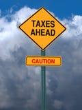 Οι φόροι προσοχής ταχυδρομούν μπροστά το σημάδι στοκ φωτογραφία με δικαίωμα ελεύθερης χρήσης
