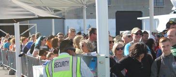 Οι χαμογελώντας άνθρωποι περιμένουν στη γραμμή το γύρο Alcatraz Στοκ Εικόνες