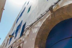 Οι χαρακτηριστικοί τοίχοι των σπιτιών με τα μπλε παράθυρα στην ΟΥΝΕΣΚΟ προστάτευσαν την παλαιά αραβική πόλη Essaouira Στοκ φωτογραφία με δικαίωμα ελεύθερης χρήσης