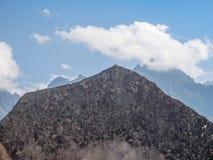 Οι χαρασμένοι βράχοι ευθυγράμμισαν με τα βουνά υποβάθρου στις καταστροφές Machu Picchu, Cusco, Στοκ φωτογραφία με δικαίωμα ελεύθερης χρήσης