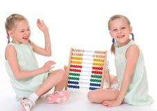 Οι χαριτωμένες αδελφές εργάζονται στο περιβάλλον Montessori. Στοκ Εικόνα