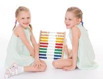 Οι χαριτωμένες αδελφές εργάζονται στο περιβάλλον Montessori. Στοκ εικόνα με δικαίωμα ελεύθερης χρήσης