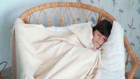 Οι χαριτωμένοι ύπνοι μικρών κοριτσιών ήσυχα στην καρέκλα, παίρνουν την κάλυψη κατά τη διάρκεια των ονείρων, σε αργή κίνηση απόθεμα βίντεο
