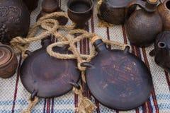 Οι χειροποίητες και ζωγραφισμένες στο χέρι κεραμικές φιάλες αργίλου με τα σχοινιά και βουλώνουν, μπουκάλια και κανάτες με τα αφηρ στοκ εικόνες
