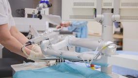 Οι χειρούργοι και το anesthesiologist προετοιμάζονται για τη χειρουργική επέμβαση σε ένα λειτουργούν δωμάτιο - οφθαλμολογία Στοκ Εικόνες