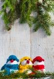 Οι χιονάνθρωποι επιβιβάζονται στο ξύλινο τρίο χειμερινού βελούδου Χριστουγέννων Στοκ Φωτογραφία