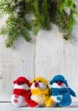 Οι χιονάνθρωποι επιβιβάζονται στο ξύλινο τρίο χειμερινού βελούδου Χριστουγέννων Στοκ Εικόνα