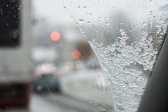 οι χιονοπτώσεις, χιονισμένη διαδρομή, άποψη από πίσω από τη ρόδα του αυτοκινήτου, Στοκ εικόνα με δικαίωμα ελεύθερης χρήσης