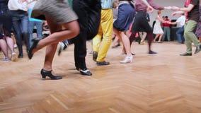 Οι χορευτές εκτελούν το lindy χορό λυκίσκου στο φεστιβάλ ταλάντευσης Χορεύοντας πόδια κοντά επάνω απόθεμα βίντεο