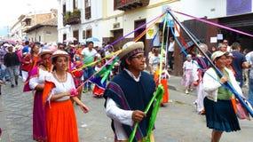 Οι χορευτές με τις κορδέλλες κατά τη διάρκεια της παρέλασης παρελαύνουν Paseo del Nino στοκ εικόνες