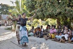 Οι χορεύοντας γηγενείς γυναίκες, βόρεια Μαδαγασκάρη Στοκ Φωτογραφία