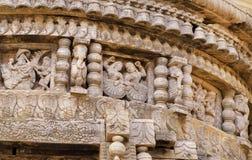 Οι χορεύοντας γυναίκες παραδοσιακού Ινδού χάρασαν τον ινδό ναό Αρχαίοι αριθμοί και σχέδια ανθρώπων στον ξύλινο τοίχο της παλαιάς  Στοκ Φωτογραφία
