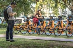 οι χρήστες έχουν πρόσβαση APP για τα αστικά ποδήλατα για τη μίσθωση στο σταθμό Tembici του ποδηλάτου στην της Λίμα λεωφόρο Faria στοκ εικόνες