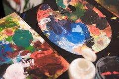 Οι χρησιμοποιημένες βούρτσες χρωμάτων με το watercolor θέτουν τα παλαιά δοχεία και τα χρώματα χρωμάτων Στοκ Εικόνες