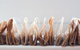 Οι χρησιμοποιημένες τσάντες τσαγιού αποθηκεύονται σε μια σειρά Στοκ φωτογραφίες με δικαίωμα ελεύθερης χρήσης