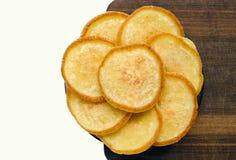 Οι χρυσές τηγανίτες ευθυγράμμισαν με μορφή ενός λουλουδιού σε έναν ξύλινο πίνακα, χωρίς διακοσμήσεις Στοκ εικόνες με δικαίωμα ελεύθερης χρήσης