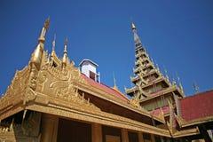 Οι χρυσοί και λαμπυρίζοντας κώνοι του κεντρικού παλατιού σύνθετου στο Mandalay, το Μιανμάρ στοκ εικόνα