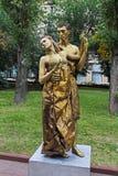 Οι χρυσοί χρωματισμένοι καλλιτέχνες ως αγάλματα διαβίωσης έντυσαν ως Έλληνες στους αρχαίους χρόνους στην ημέρα πόλεων στο Βόλγκογ στοκ εικόνες με δικαίωμα ελεύθερης χρήσης