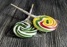 Οι χρωματισμένες και διαμορφωμένες καραμέλες, ζωηρόχρωμες καραμέλες διασκέδασης για τα παιδιά αγαπούν τις γραπτές χρωματισμένος κ Στοκ Εικόνες