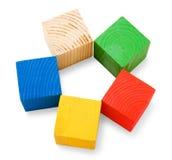 οι χρωματισμένοι κύβοι ανθίζουν τη μορφή που συσσωρεύεται ξύλινη Στοκ Εικόνα