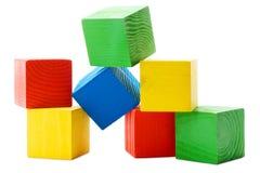 οι χρωματισμένοι κύβοι συσσωρεύουν ξύλινο Στοκ Φωτογραφία