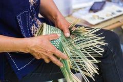 Οι χωρικοί πήραν τα λωρίδες μπαμπού στην ύφανση στις διαφορετικές μορφές για τα καθημερινά εργαλεία χρήσης των ανθρώπων community Στοκ Φωτογραφία
