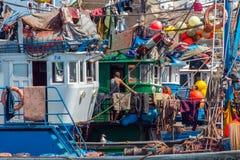 Οι ψαράδες ζουν στα σκάφη στο λιμένα Essaouira στοκ φωτογραφία με δικαίωμα ελεύθερης χρήσης