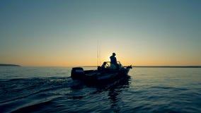 Οι ψαράδες πλέουν πέρα από το νερό κατά τη διάρκεια της ανατολής φιλμ μικρού μήκους