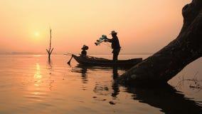 Οι ψαράδες προετοιμάζονται να πιάσουν τα ψάρια απόθεμα βίντεο