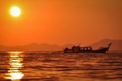 Οι ψαράδες στη βάρκα τους μακριά παρακολουθούν στο ηλιοβασίλεμα στο AO Nang Στοκ φωτογραφίες με δικαίωμα ελεύθερης χρήσης