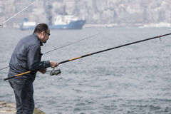 Οι ψαράδες αλιεύουν στις τράπεζες του Bosphorus στη Ιστανμπούλ Τουρκία Στοκ Εικόνες