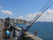Οι ψαράδες πιάνουν τα ψάρια από τη γέφυρα μέσω Bosphorus Στοκ Φωτογραφία