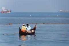 Οι ψαράδες σε μια βάρκα πιάνουν τα ψάρια Στοκ Εικόνες