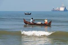 Οι ψαράδες σε μια βάρκα πιάνουν τα ψάρια Στοκ Εικόνα