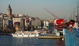 Οι ψαράδες σε Galata γεφυρώνουν Κωνσταντινούπολη Τουρκία στοκ εικόνα
