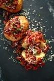 Οι ψημένες πατάτες σακακιών που ολοκληρώθηκαν με τα κόκκινα φασόλια kedney στη σάλτσα ντοματών και τα φρέσκα κρεμμύδια εξυπηρέτησ Στοκ εικόνες με δικαίωμα ελεύθερης χρήσης