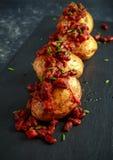 Οι ψημένες πατάτες σακακιών που ολοκληρώθηκαν με τα κόκκινα φασόλια kedney στη σάλτσα ντοματών και τα φρέσκα κρεμμύδια εξυπηρέτησ Στοκ φωτογραφίες με δικαίωμα ελεύθερης χρήσης