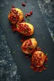 Οι ψημένες πατάτες σακακιών που ολοκληρώθηκαν με τα κόκκινα φασόλια kedney στη σάλτσα ντοματών και τα φρέσκα κρεμμύδια εξυπηρέτησ Στοκ εικόνα με δικαίωμα ελεύθερης χρήσης