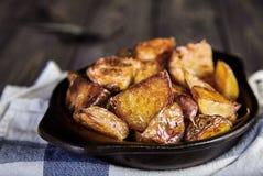 Οι ψημένες σφήνες πατατών με το σκόρδο, Χριστούγεννα διακοσμούν στοκ εικόνα με δικαίωμα ελεύθερης χρήσης