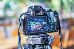 Οι ψηφιακές κάμερα παίρνουν τις εικόνες, επιτραπέζια σύνολα, καρέκλες στοκ εικόνες