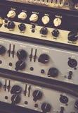 Οι ψηφιακοί ολισθαίνοντες ρυθμιστές αναμικτών που χρησιμοποιούνται για ρυθμίζουν το ακουστικό επίπεδο στοκ εικόνες