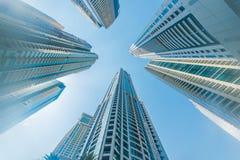 Οι ψηλοί ουρανοξύστες μαρινών του Ντουμπάι στα Ε.Α.Ε. Στοκ Εικόνα