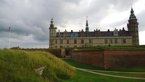 Οι όμορφες απόψεις του κάστρου Kronborg στα προάστια της Κοπεγχάγης στο σύννεφο Elsinore δροσίζουν την ημέρα στοκ φωτογραφία
