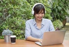 Οι όμορφες ασιατικές γυναίκες ακούνε τη μουσική Στοκ φωτογραφία με δικαίωμα ελεύθερης χρήσης